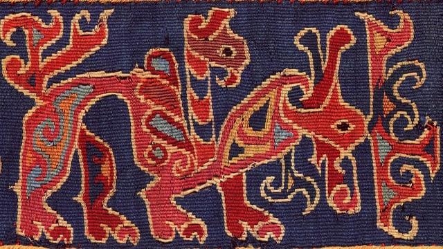 Textil mit einem Fabelwesen.
