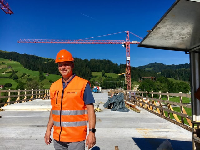 Oberbauleiter Sandro De Luca steht auf «seiner» Thurbrücke.