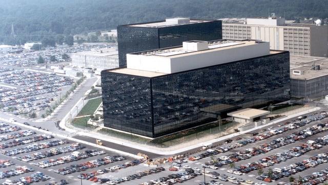 Luftaufnahme eines riesigen Büro-Komplexes.