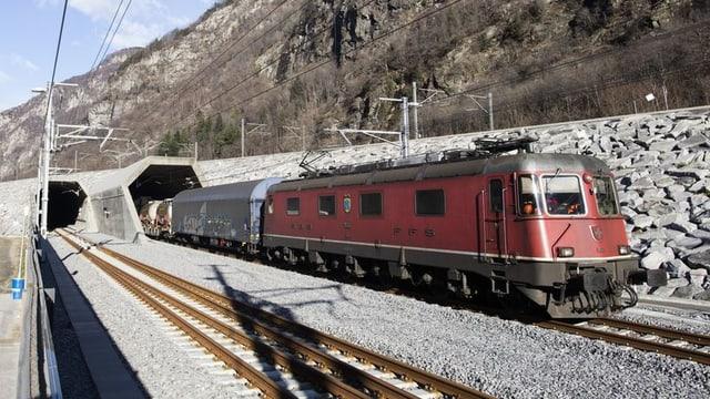 Ein Güterzug verlässt den neuen Gotthard-Eisenbahntunnel.