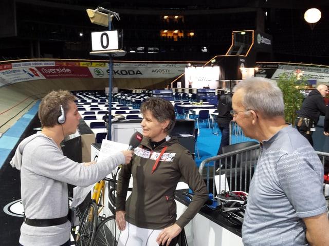 Reto Scherrer auf der Rennbahn am Interview führen.