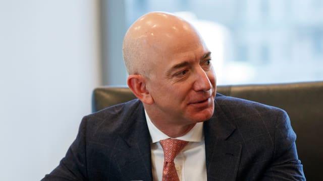 Jeff Bezos sitzend an einem Konferenztisch