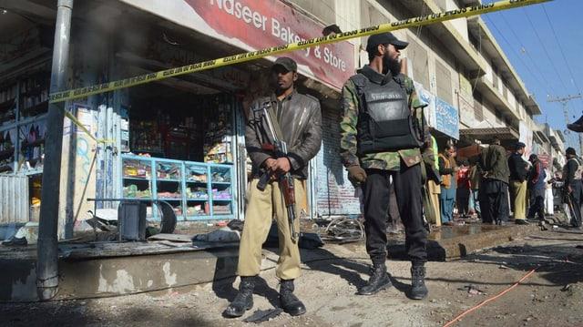 Forzas da segirezza examineschan il lieu da l'attentat a Quetta en il Pakistan.