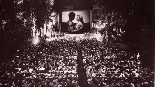 Projecziun da in film en il curtgin dal Grand-Hotel Locarno il 1946.