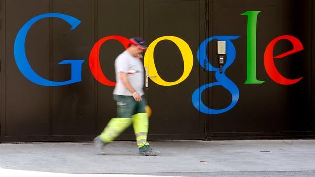 Ein Bauarbeiter vor einem Google-Schriftzug.
