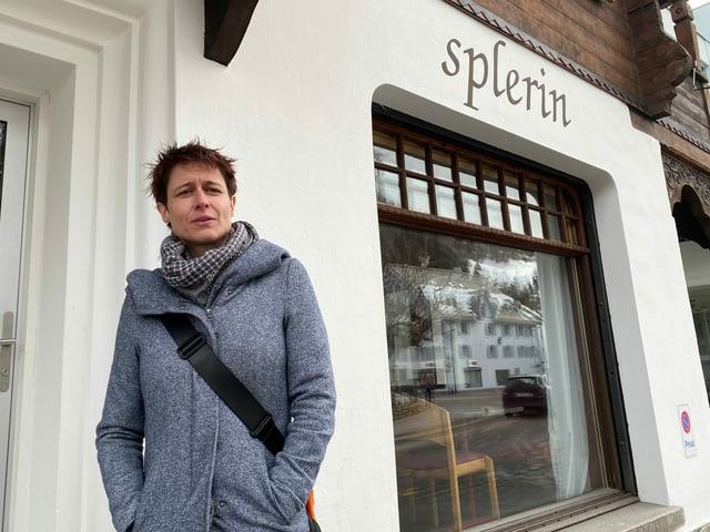 Cornelia Casanova avant il Café Splerin