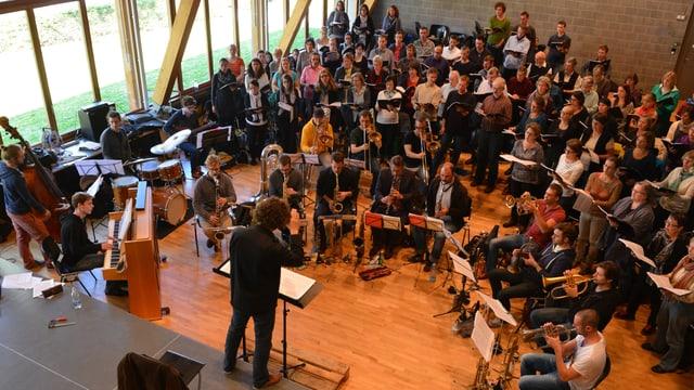 Zwei Chöre aus der Region Baden proben mit dem Lucerne Jazz Orchestra ein Requiem. Und es funktioniert gut.