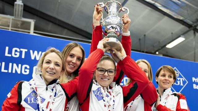 5 Frauen posieren lächelnd mit Medaille und Pokal