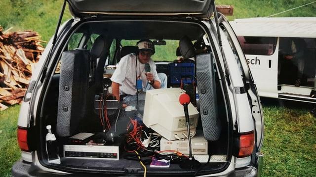 Moderatur fa radio en la valischera d'in auto.