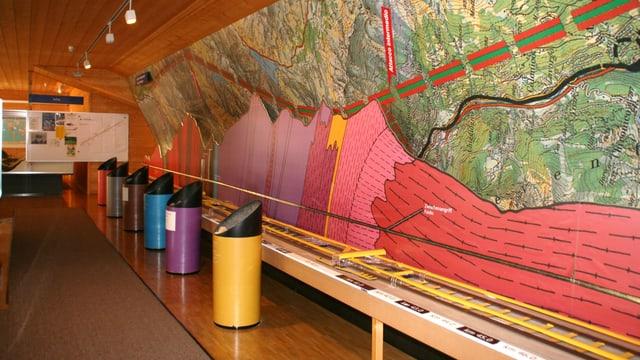 Il center d'infurmaziun da l'AlpTransit AG a Sedrun mussa co il tunnel da basa dal Gottard è vegnì construì.