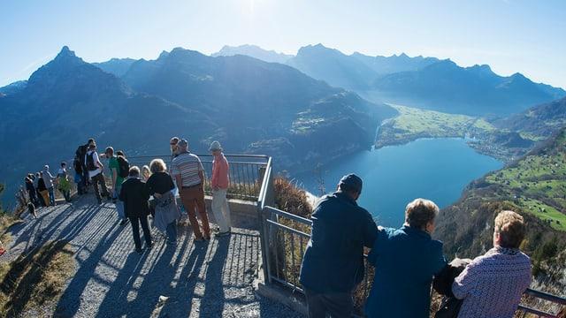 Blick vom Arvenbüel oberhalb von Amden auf den Walensee und die Glarner Berge.