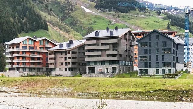 Aussenansicht von Ferienhäusern, die gerade in Andermatt gebaut werden.