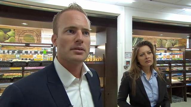 Marco Landolt und Frau in einer Lidl-Filiale.
