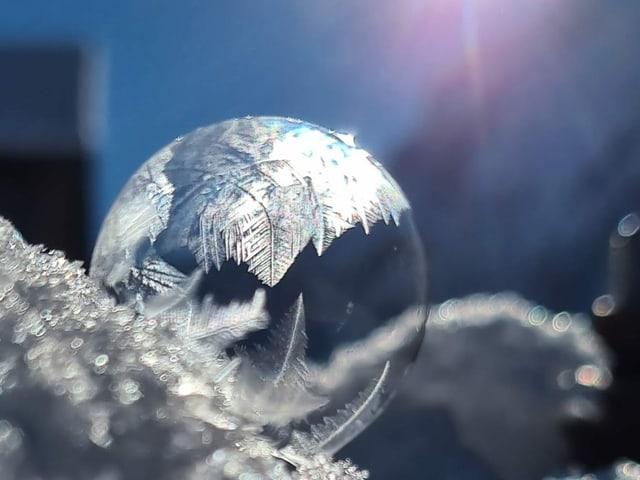 Gefrorene Seifenblase im Sonnenlicht