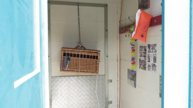 Eine hängende Box in einer Kabine.