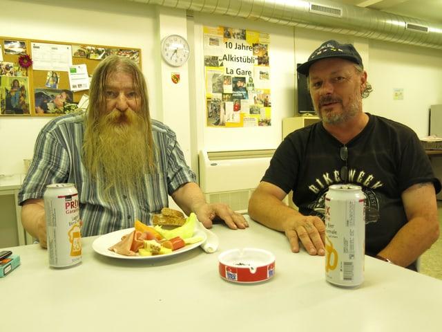 Kurt und Snuffy - die beiden sind jeden Tag im Berner Alkistübli