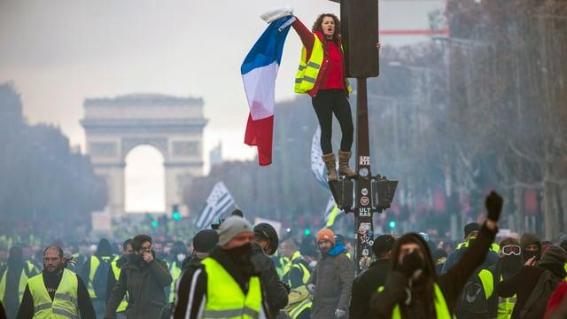 impressiun durant demonstraziun sin Les Champs Élysées.