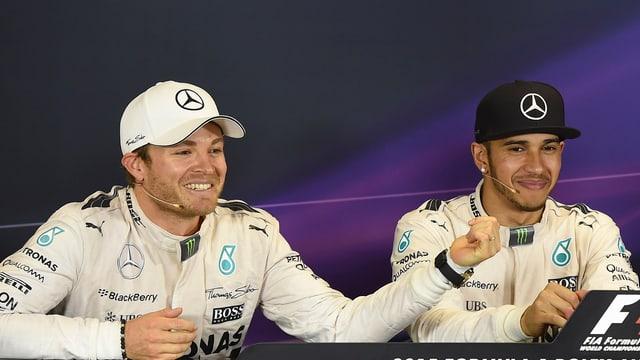 Rosberg und Hamilton geben an einer Medienkonferenz Auskunft.