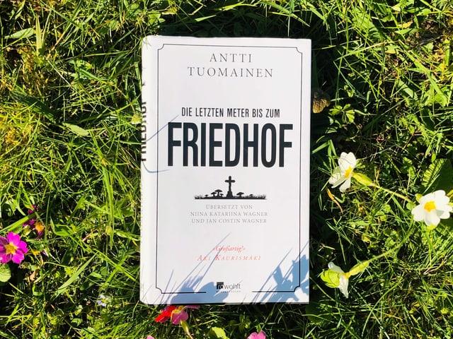 Antti Tuomainens Roman «Die letzten Meter bis zum Friedhof» liegt auf Gras