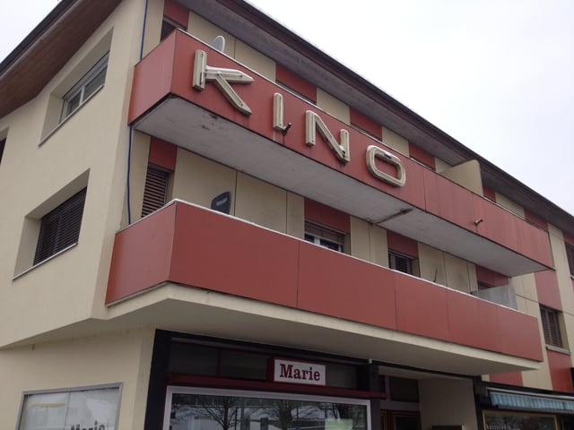 """Die Fassade des ehemaligen """"Kino Central"""", ein unscheinbarer Wohnblock in Suhr."""