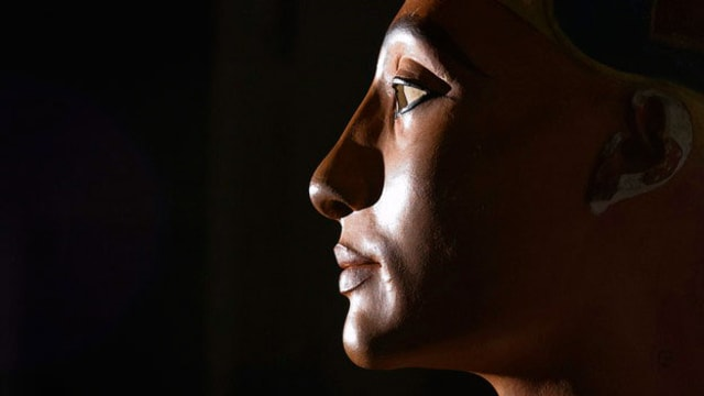 Kopf einer Frauenstatute