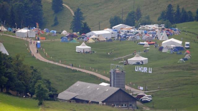 Zelte neben Bauernhof