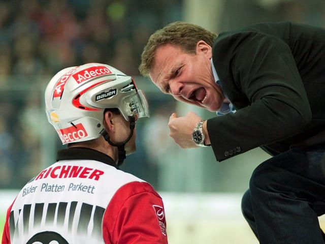 Marc Wiegand wird von Biel-Coach Kevin Schläpfer bearbeitet.