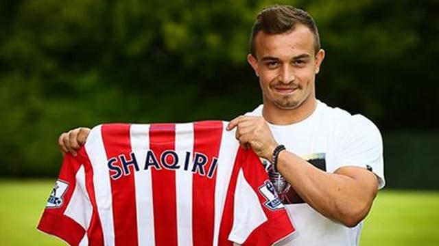 Xherdan Shaqiri präsentiert das Stoke-Trikot.