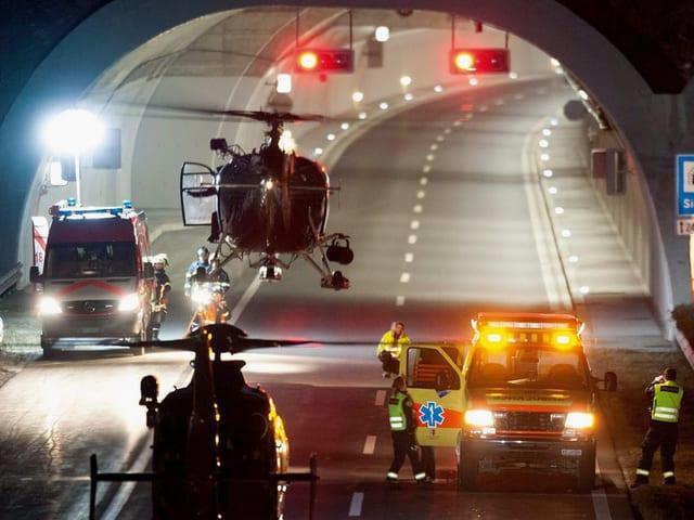 Die Rettungskräfte 2012 vor dem Unglücks-Tunnel.