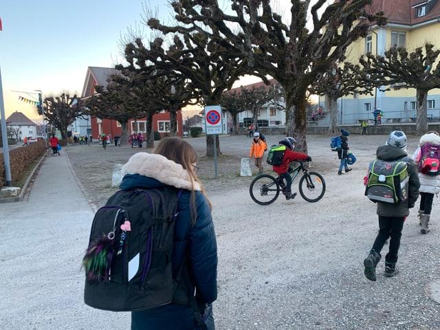 Der Pausenplatz vor dem Schulhaus Dorf.