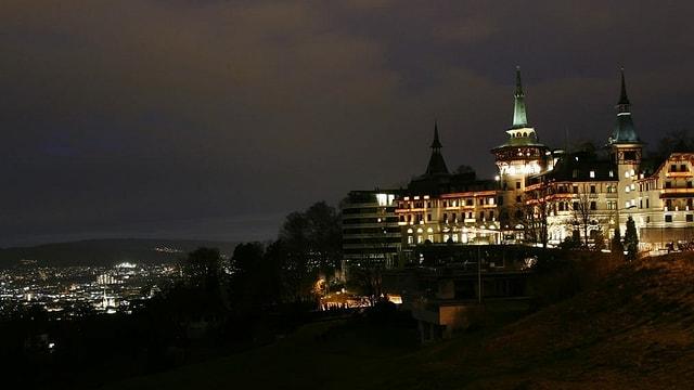 Exklusives Hotel Dolder in der Nacht über Zürich