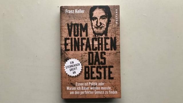 Ein braun eingefasstes Buch mit schwarzer Schrift: «Vom Einfachen nur das Beste».