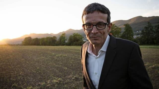 Peter Hossli auf einem weiten Feld