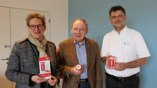 Joachim Bühler, Jean-Luc Nordmann und Eveline Beroud präsentieren die SOS-Dose