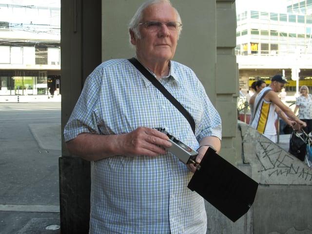 Strahlenkritiker Hans-Ulrich Jakob mit dem Messgerät in der Hand beim Bahnhof Bern