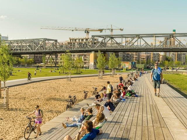 Im Berliner Park am Gleisdreieck tummeln sich Leute.