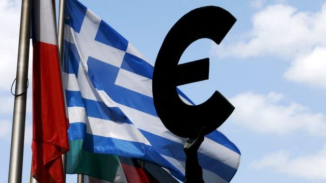 Griechische Flagge hinter Euro-Symbol