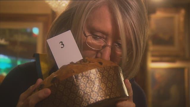 Frau riecht an Panettone