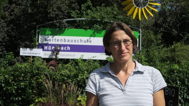 Marianna Serena vor dem Eingang zur Gartenbauschule Hünibach.