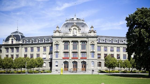 Hauptgebäude Uni bern von aussen.