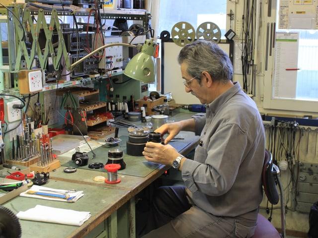Der Techniker Otello Diotallevi bei der Arbeit.
