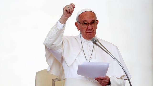 Papst Franziskus spricht in Rom.