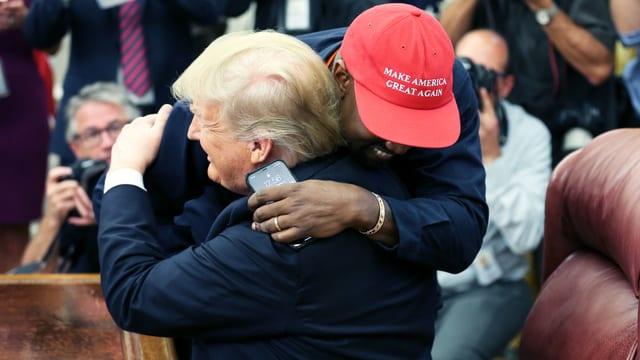 Donald Trump umarmt Kanye West.