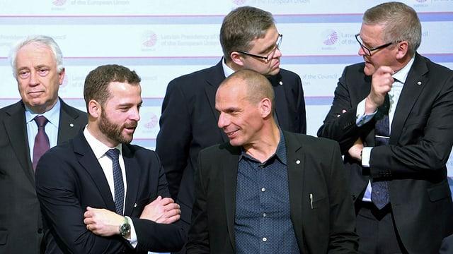 Yanis Varoufakis im Kreise von Kollegen beim Eurogruppen-Treffen am 24. April in Riga.