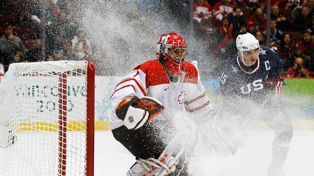 Eishockeytorhüter Jonas Hiller im Einsatz.