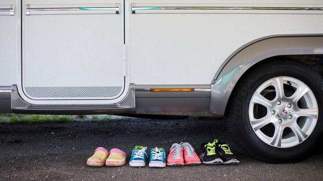 Wohnmobil mit Schuhen vor der Türe.