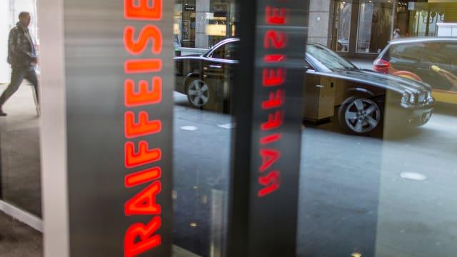 Raiffeisen-Schriftzug an Gebäude