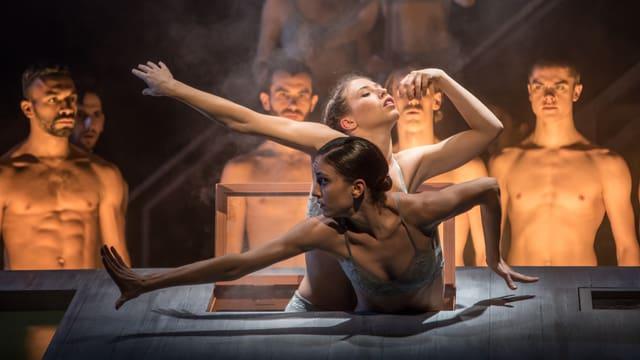 Szene mit viel nackter Haut – in «Hinter Türen» des Luzerner Theaters.