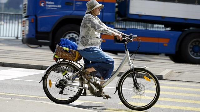 Duna che va cun in e-bikes tras la citad.