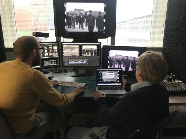 Hansmartin Siegrist und Andreas Weber sitzen vor mehreren Bildschirmen, auf denen man den Film sieht.